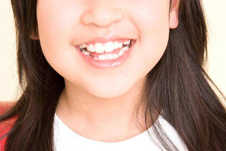 舌で歯を押す